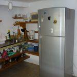 Küche mit Kühlschrank in Porridge´s Place Castara Tobago. Saubere und günstige Ferienwohnung. Ideal für Rucksackreisende und Backpacker
