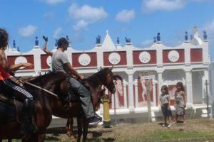 Mit Being with Horses aus Tobago auf Trinidad und Tobago sind wir mit Pferden zum Reiten unterwegs gewesen. Der Tagesausflug zum Kimme Museum in Mount Irvine hat Spaß gemacht.
