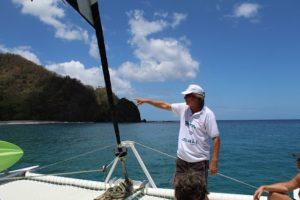 Kapitän Markus Grundmann vom Katamaran Picante auf Tobago in Trinidad und Tobago in der Karibik erklärt das Segelboot und die Tour der Tagesfahrt zum Schnorcheln