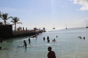 Reges Treiben in der Cotton Bay auf Tobago in Trinidad und Tobago in der Karibik zum Ende der Fahrt mit dem Katamaran Picante