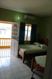 Das Schlafzimmer im Reef View Apartment in Buccoo auf Tobago in der Karibik
